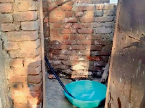 नरवर की ग्राम पंचायत ददिहायला में अधूरा शौचालय। - Dainik Bhaskar