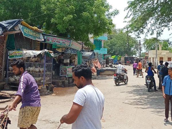शहर में कोरोना कर्फ्यू के दौरान सड़क पर चलती मीट मंडी। - Dainik Bhaskar