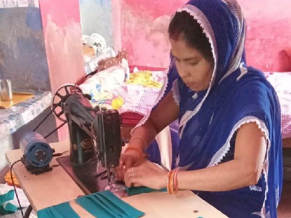 मास्क बनाती समूह से जुड़ी एक महिला। - Dainik Bhaskar