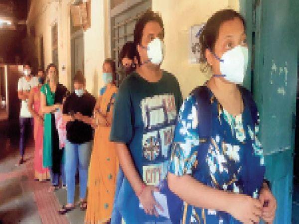 बीटीआई ग्राउंड में स्टाफ की लापरवाही के कारण लोग परेशान होते रहे। 2 घंटे देर से शुरू हुआ टीकाकरण। - Dainik Bhaskar
