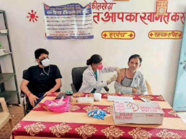 कीलखेड़ा गांव में चौपाल पर ग्रामीणों को प्रेरित किया गया। इसके साथ ही शिविर में ग्रामीणों को कोरोना वैक्सीन के टीके लगाए गए। - Dainik Bhaskar