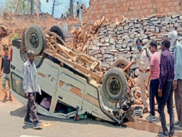 कराहल नॉनपुरा घाटी के मोड़ पर पलटी बोलेरो की जांच करती पुलिस। - Dainik Bhaskar