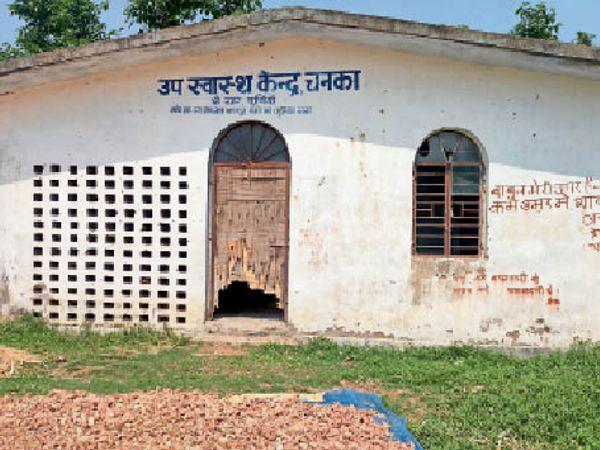 चनका पंचायत के उपस्वास्थ्य केंद्र का टूटा दरवाजा। - Dainik Bhaskar