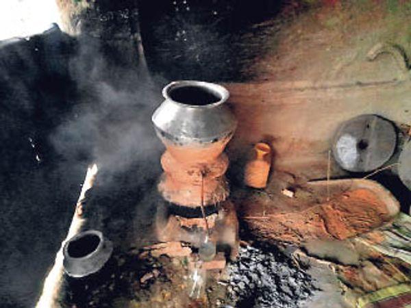 परवाहा में बनाई जा रही चुलाई शराब। - Dainik Bhaskar