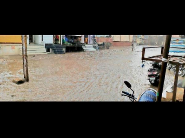 पालाबाजार क्षेत्र में सड़क पर 3 फीट पानी बह निकला, जो लोगों के सीढ़ियों तक पहुंचा। नाले पर रेलिंग न होने से बारिश में नाले व सड़क का पता नहीं चलने से लोग दुर्घटना का शिकार होते हैं। - Dainik Bhaskar