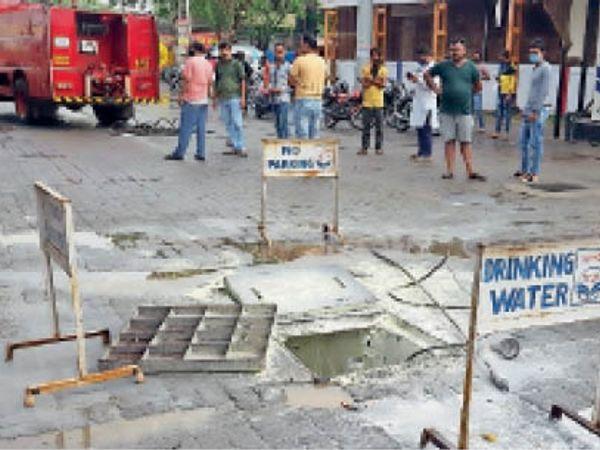 घटना के बाद पेट्रोल पंप पर भीड़ जमा हो गई। - Dainik Bhaskar