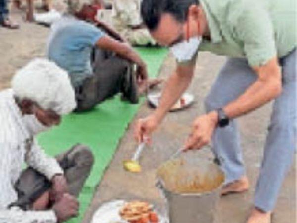 भोजनशाला में लोगों को भोजन परोसते कलेक्टर शिवराजसिंह वर्मा। - Dainik Bhaskar
