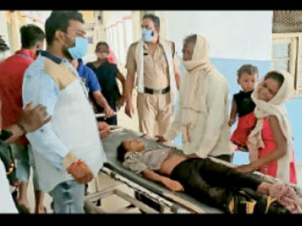 बालिका को जिला अस्पताल लाया गया। - Dainik Bhaskar