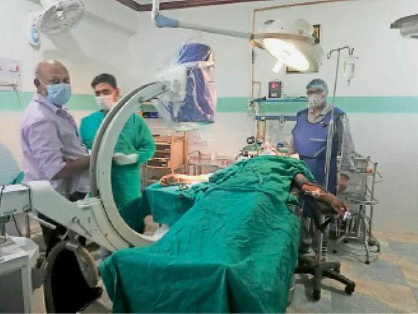 गोली से घायल का इलाज करते चिकित्सक। - Dainik Bhaskar