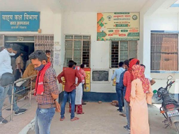 जांच के लिए सदर अस्पताल पहंचे लोग। - Dainik Bhaskar