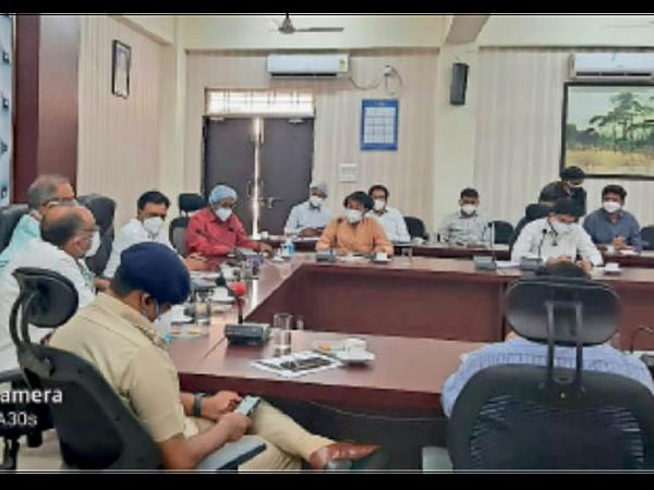 कलेक्टर कार्यालय में हुई क्राइसिस मैनेजमेंट बैठक, वित्त मंत्री भी मौजूद थे। - Dainik Bhaskar