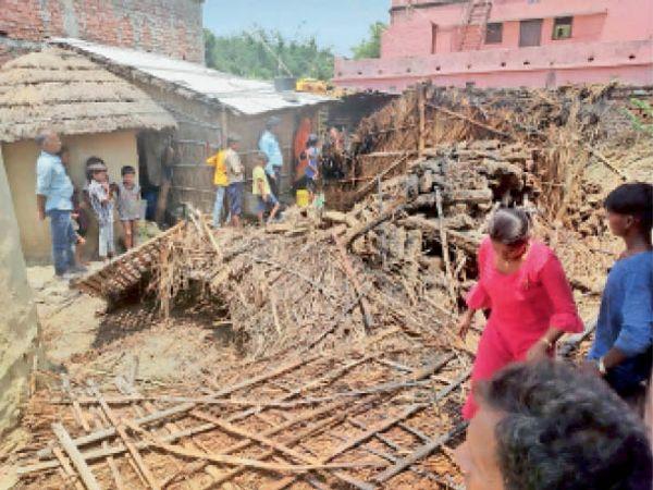 पंचदेवरी के गह्निया गावं में आग लगने के बाद  जला पड़ा झोपड़ी - Dainik Bhaskar