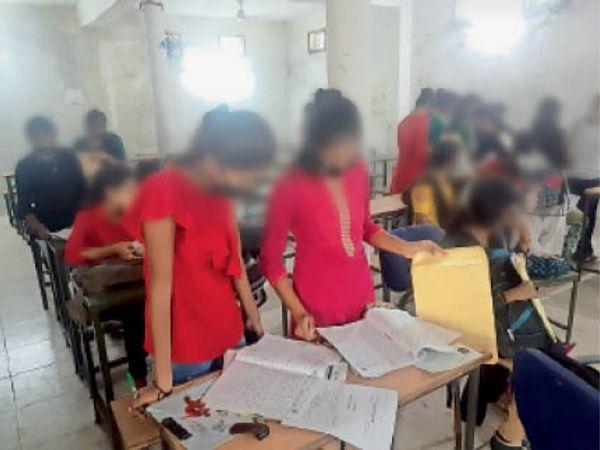 पुत्री शाला में उत्तर का मिलाने करते छात्राएं। - Dainik Bhaskar