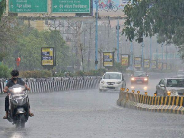 शाम 5 बजे बाद कुछ क्षेत्रों में तेज बारिश हुई। एमजी रोड की तस्वीर। - Dainik Bhaskar
