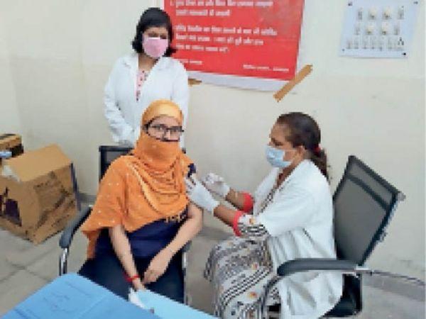 जून माह के दौरान 14,868 को कोविशील्ड लगाई जा चुकी है जबकि 5039 को को-वैक्सीन लगाई गई। - Dainik Bhaskar