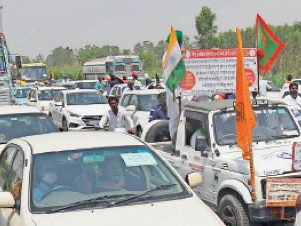 सिटी के शंभू बाॅर्डर से किसान कारों से दिल्ली के लिए रवाना हुए तो हाईवे पर दोनों तरफ लंबा जाम लगने से वाहन चालक गर्मी में परेशान हुए। - Dainik Bhaskar