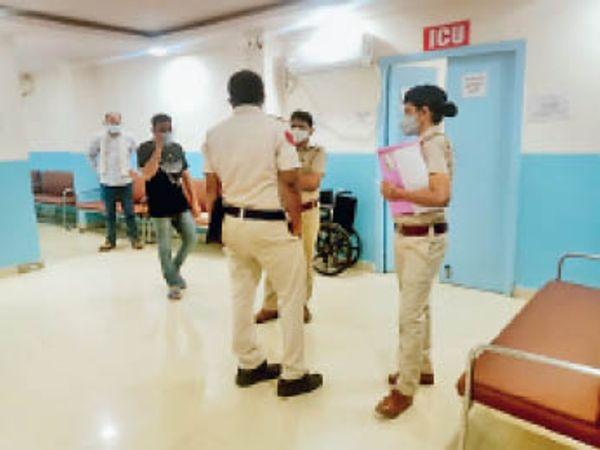 निजी अस्पताल में जांच करने पहुंची पुलिस। - Dainik Bhaskar