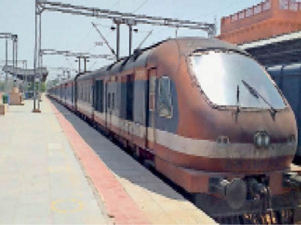 बांदीकुई रेलवे जंक्शन में खड़ी ट्रेन। - Dainik Bhaskar