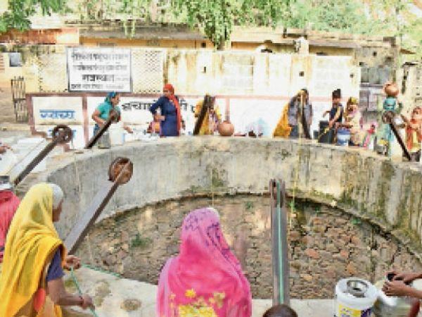 दौसा । नलों से सप्लाई नहीं होने पर पंचकुइया से   पानी भर्ती महिलाएं। - Dainik Bhaskar