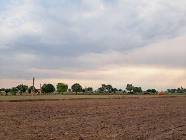 फतेहाबाद। रविवार को आसमान में छाए बादल। - Dainik Bhaskar