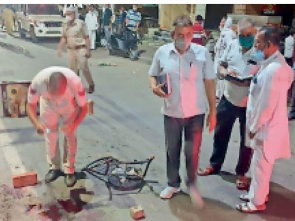 हिसार| पटेल नगर में युवक पर चाकू से हमले की सूचना पर पहुंची पुलिस जांच करती हुई। सीन ऑफ क्राइम टीम ने ब्लड सैंपल सहित अन्य साक्ष्य जुटाए। वारदात के बाद पटेल नगर मार्केट में दहशत फैल गई। कुछ समय के लिए जो दुकानें खुली थी वह बंद हो गईं। - Dainik Bhaskar