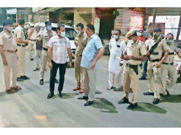 हिसार| पटेल नगर में अमित भुटानी उर्फ शिखंडी की हत्या के बाद जांच करने वारदात स्थल पर पहुंचे डीआईजी बलवान सिंह राणा मौजूद पुलिस अधिकारियों से जानकारी लेते हुए।