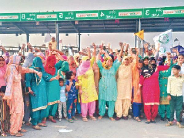 लांधड़ी चिकनवास टोल पर सरकार के खिलाफ विरोध-प्रदर्शन करतीं महिलाएं व किसान। - Dainik Bhaskar