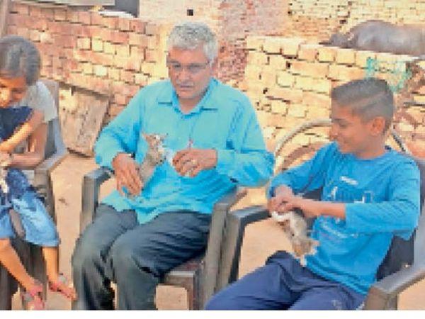 शिकारियों से बचाए बिल्ली के बच्चों को दुलार करते वन्य प्राणी विभाग के पूर्व इंस्पेक्टर रामेश्वर दास व अन्य। - Dainik Bhaskar