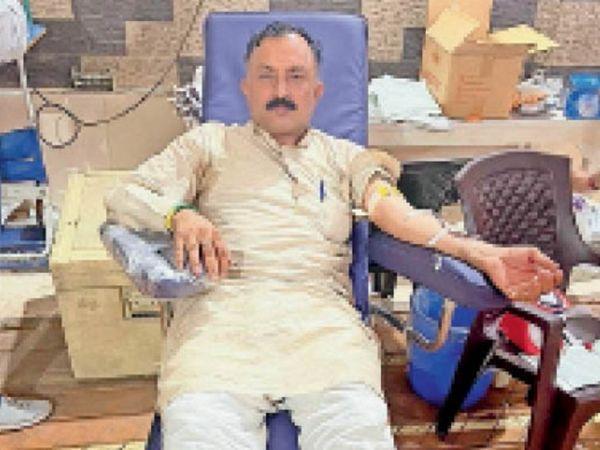 पानीपत. रेडक्राॅस में शिविर में रक्तदान करते हुए। - Dainik Bhaskar