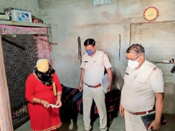 भैणी महाराजपुर में घटनास्थल पर जांच करते पुलिस कर्मी व एफएसएल एक्सपर्ट डॉ. सरोज दहिया मलिक। (इनसेट) मृतक पवन का फाइल फोटो। - Dainik Bhaskar