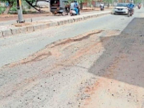 रोहतक में पानी व सीवर की पाइप लाइन बिछाने के लिए तोड़ी गई सड़क से गुजरते वाहन चालक। - Dainik Bhaskar