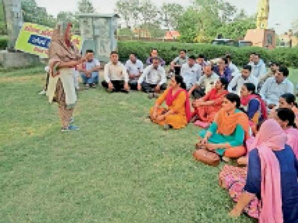 सिरसा। टाउन पार्क में बैठक करते हुए गेस्ट टीचर। - Dainik Bhaskar