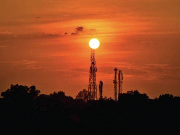 रविवार की शाम आसमान पर लालिमा छायी रही। सूरज डूब रहा था आसपास बादल भी थे। - Dainik Bhaskar
