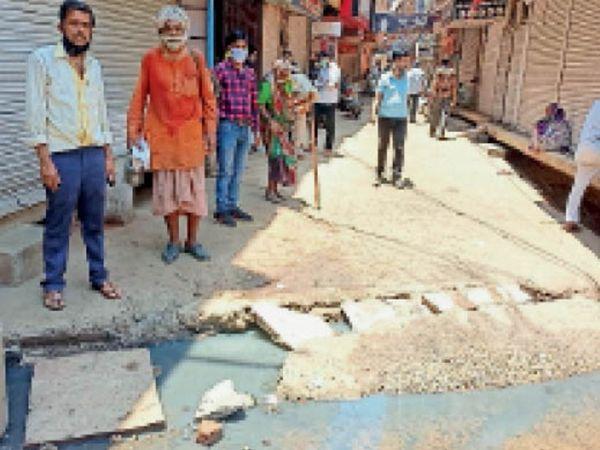 इंदिरा पार्क के पास पुरानी सब्जी मंडी के पास नाली क्षतिग्रस्त होने से सड़क पर भरा पानी। - Dainik Bhaskar