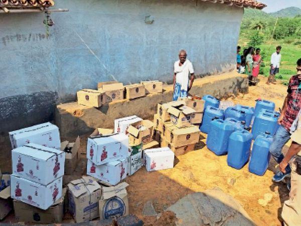 बैगनिरया पंचायत के नारंगडीह में जब्त सामान को घर से बाहर निकालती टुंडी पुलिस। - Dainik Bhaskar
