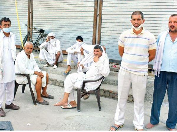 पूर्व फौजी सुरेश की हत्या मामले में थाने के बाहर मौजूद मृतक के परिजन। (इनसेट) सुरेश का फाइल फोटो। - Dainik Bhaskar