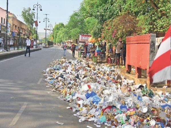 कमिश्नर-मेयर विवाद में शहर में सफाई का बेहाल है। कमिश्नर यज्ञमित्र देव सिंह के घर के पास बने पार्क के नजदीक सड़क पर  कचरा फैला हुआ है। लोगों के साथ जानवरों के भी बीमार होने का अंदेशा बना हुआ है। यह हालात यही नहीं हैं। एसएमएस अस्पताल से लेकर कई प्रमुख स्थानों पर भी कचरा बिखरा हुआ है। फोटो : महेंद्र शर्मा - Dainik Bhaskar