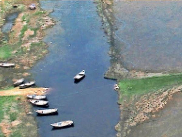पानी कम होने से खाली दिखता तिघरा बांध। - Dainik Bhaskar
