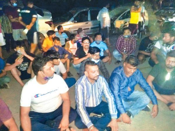 थाना हैबोवाल के बाहर धरने पर बैठे पार्षद पति रोहित सिक्का और इलाके के लोग। - Dainik Bhaskar