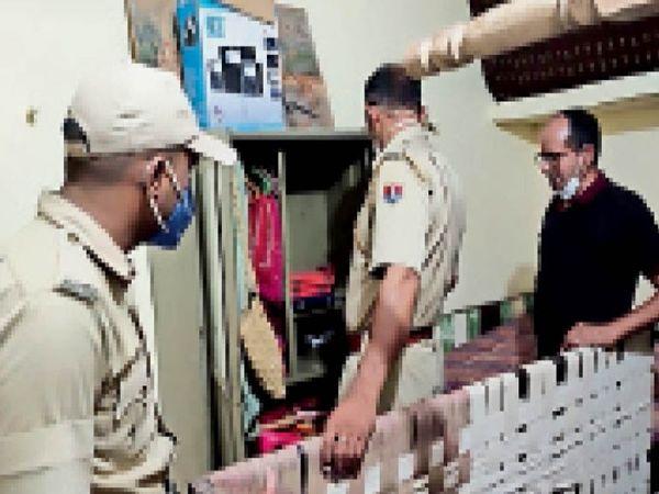 जसवंतगढ़. गली नंबर 1 में चोरी की घटना के बाद जांच करती पुलिस। - Dainik Bhaskar