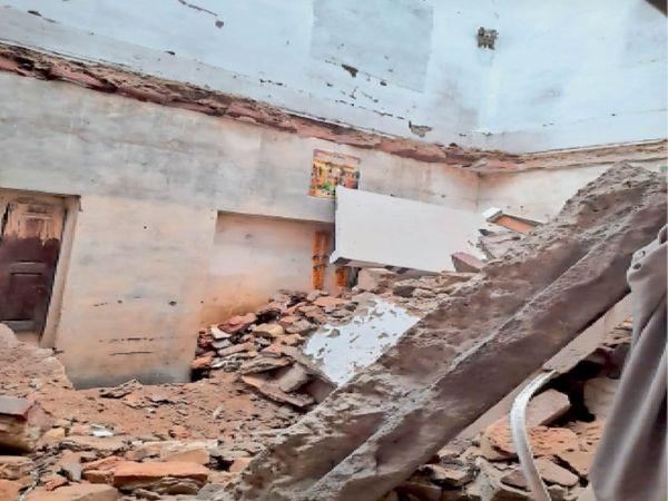 मकराना. भवन का वह कमरा जिसकी दोनों मंजिल की पट्टियां टूटकर गिर गई। - Dainik Bhaskar