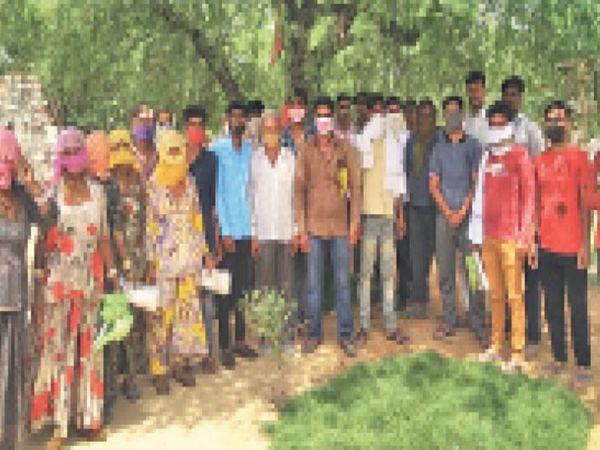 कुचेरा. बुटाटी में राशन वितरण में अनियमितता को लेकर रोष जताते ग्रामीण। - Dainik Bhaskar