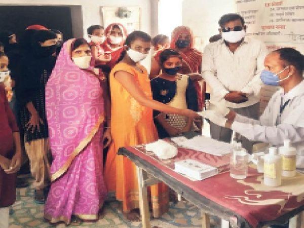 आंगनवाड़ी केन्द्र पर 11 से 14 वर्ष आयु वर्ग की किशोरी बालिकाओं का हीमोग्लोबिन टेस्ट किया। - Dainik Bhaskar