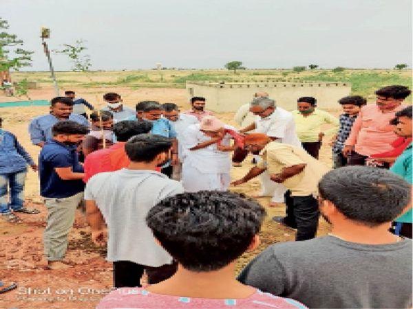डेह के करणी माता मंदिर परिसर में पौधरोपण करते हुए। - Dainik Bhaskar