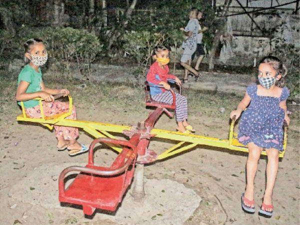 सार्वजनिक स्थलों पर बच्चों को लेकर आने वालों को अभी सजग रहना होगा। पार्कों में जब बच्चे खेल रहे हैं तो झूलों को जगह-जगह से आए लोगों के हाथ लगे होते हैं। वहां सैनिटाइजेशन का प्रबंध नहीं होता है। - Dainik Bhaskar
