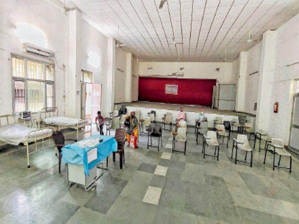 रविवार को सिविल अस्पताल के वैक्सीनेशन सेंटर में कम लोग पहुंचे। - Dainik Bhaskar