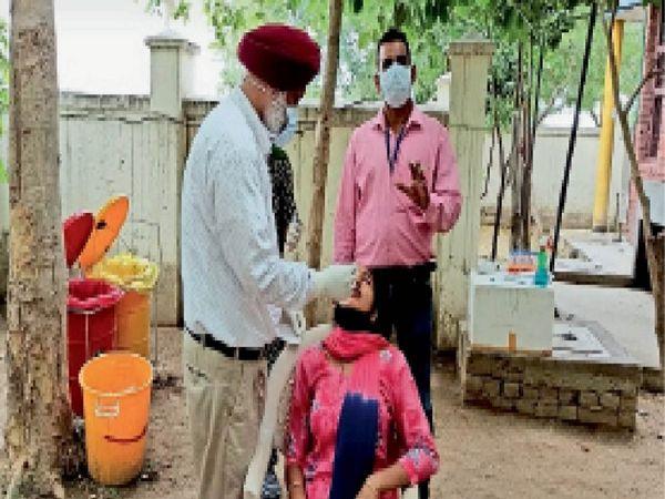 सैंपल लेती सेहत विभाग की टीम। - Dainik Bhaskar
