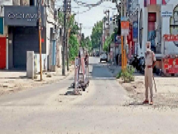 वीकेंड लॉकडाउन के दौरान रविवार को शहर के बाजारों की सड़कों पर पसरा सन्नाटा। - Dainik Bhaskar
