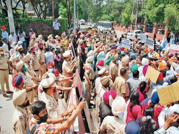 आप के कई नेता और वर्कर हिरासत में लिए, बाद में छोड़े - Dainik Bhaskar