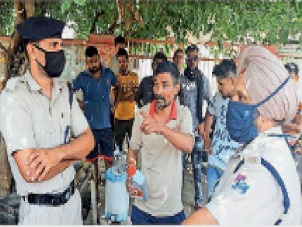 फिल्लौर थाने की पुलिस को पूरे मामले की जानकारी देता दुकानदार। - Dainik Bhaskar